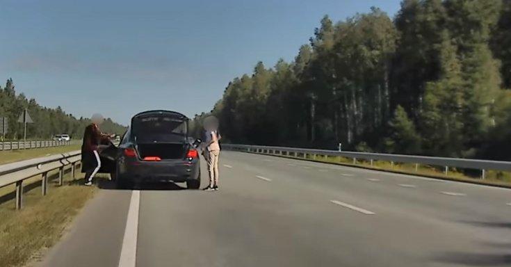 BMW-t tankolnak az autópálya belső sávjában
