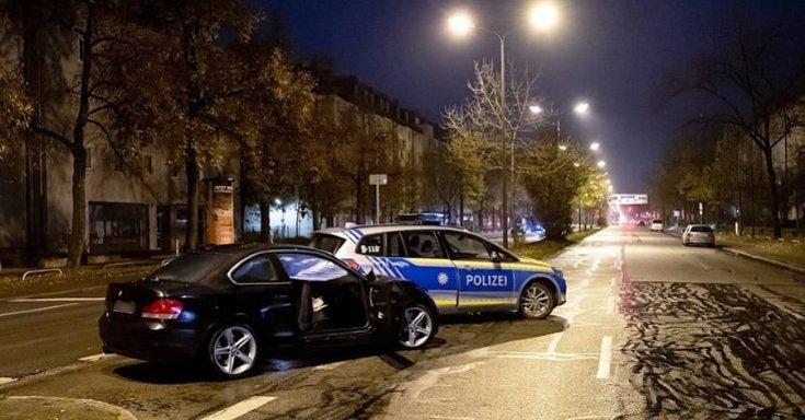 Sérült BMW egy német rendőrautó mellett