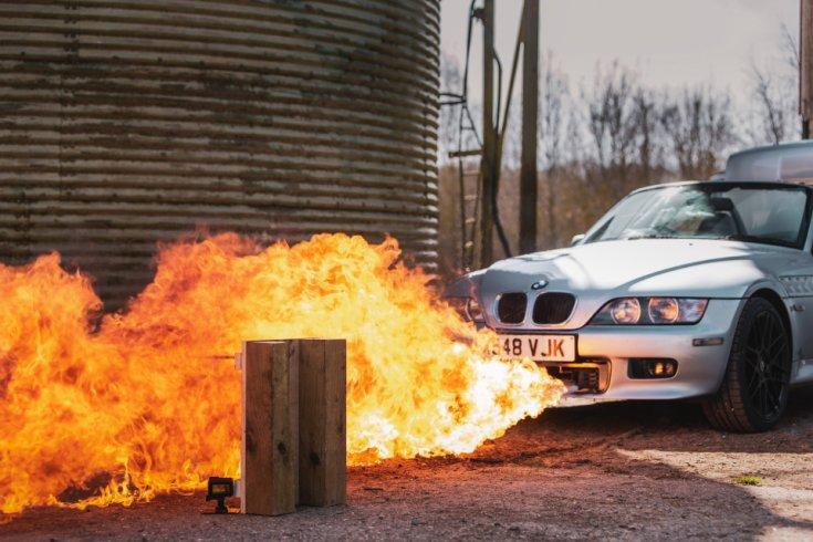 Lángszórókat használó BMW