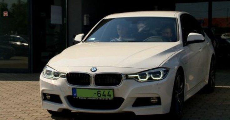 Fehér színű BMW zöld rendszámmal