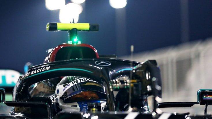 Valtteri Bottas az időmérő után az autójában, még sisakban