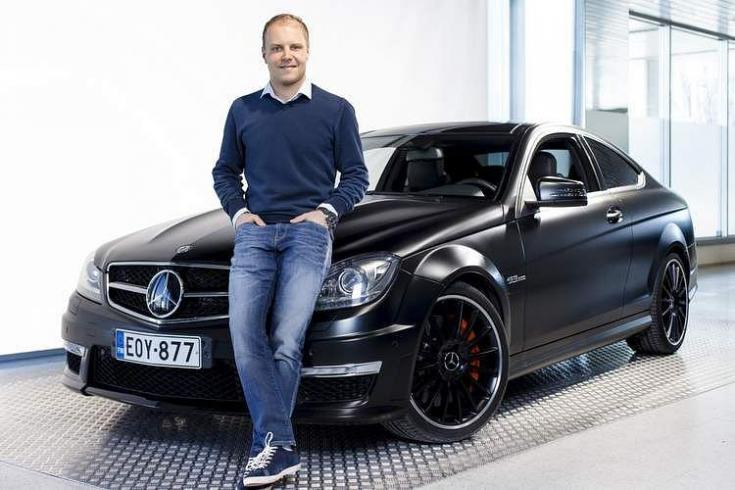 Bottas egy Mercedes előtt, féloldalról