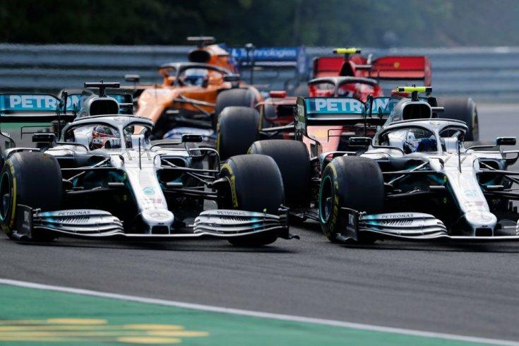 Bottas és Hamilton csatázik
