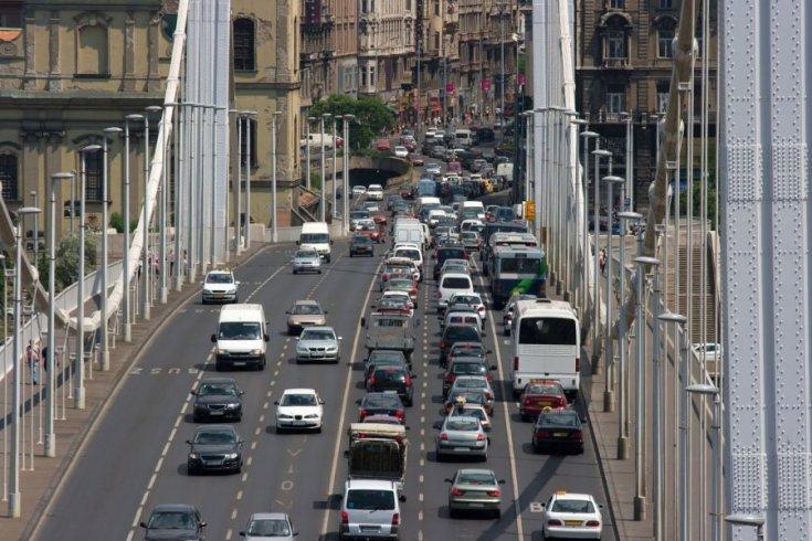 dugó egy budapesti hídon