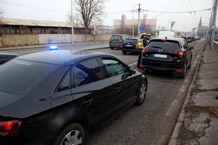 Mazda terepjáró egy civil rendőrautó előtt