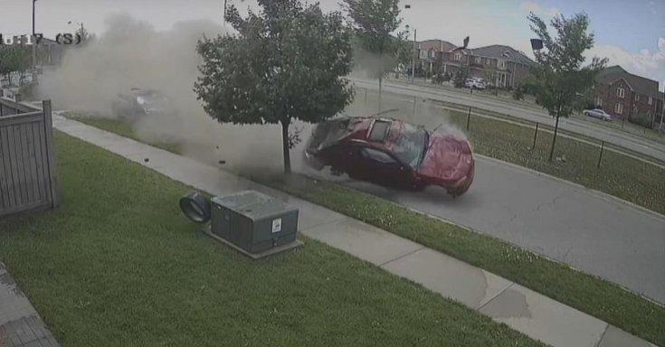 Totálkárosra tört autó pörög a levegőben