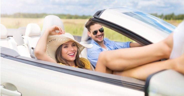 Kabrióban utazó pár