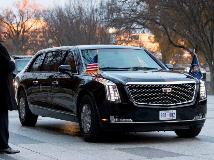Cadillac, elnöki limuzin, utcán
