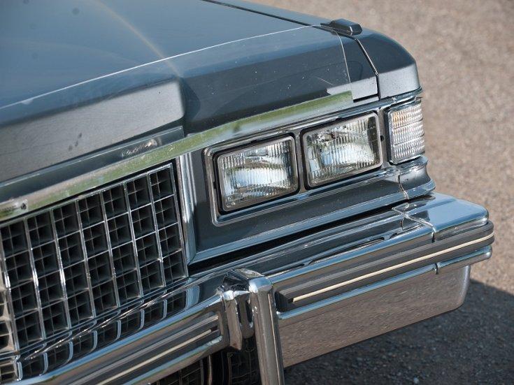 1977 Cadillac Fleetwood Brougham, kék, első lámpák, RM Sotheby's, elölnézet