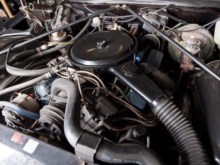 1977 Cadillac Fleetwood Brougham motor, RM Sotheby's, felülnézet, jobbról