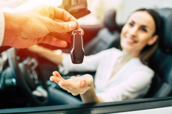 autó kulcsainak átadása