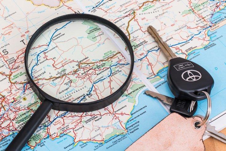 térkép, nagyító és autókulcs