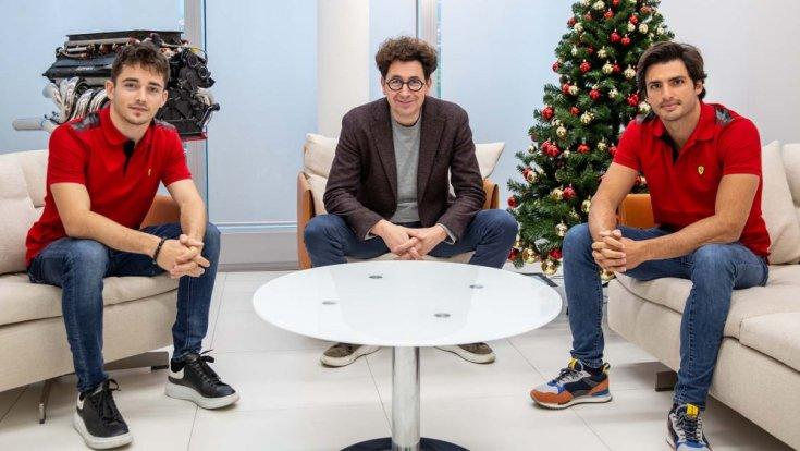 Leclerc, Binotto és Sainz egy karácsonyi fotózáson