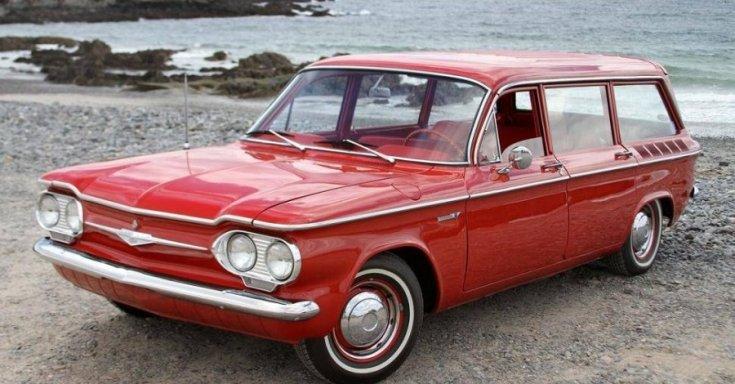 Piros kombi Chevrolet Corvair, elől/ oldalnézet