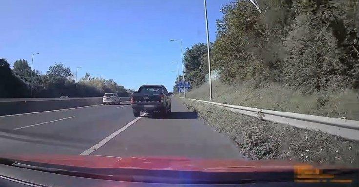Ford Ranger sorol ki a leállósávba az M7-es autópályán