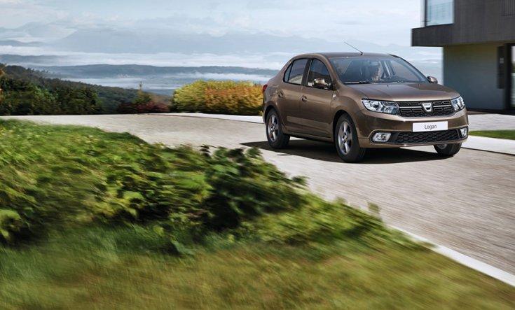 Dacia Logan menetközben szemből