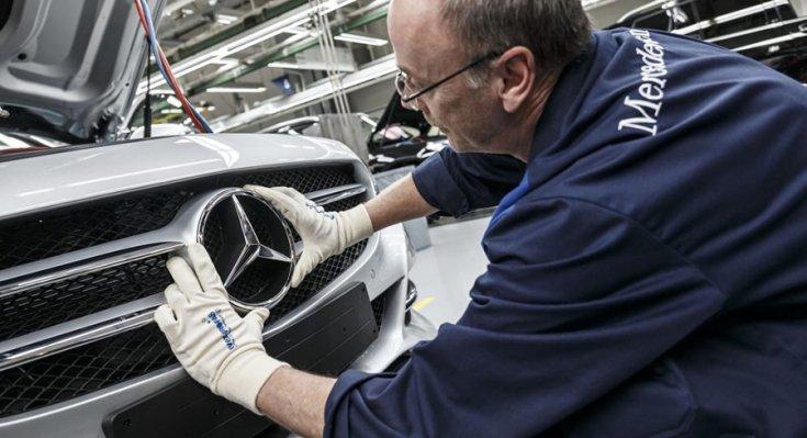 A Mercedes emblémáját illesztik a helyére egy gyárban