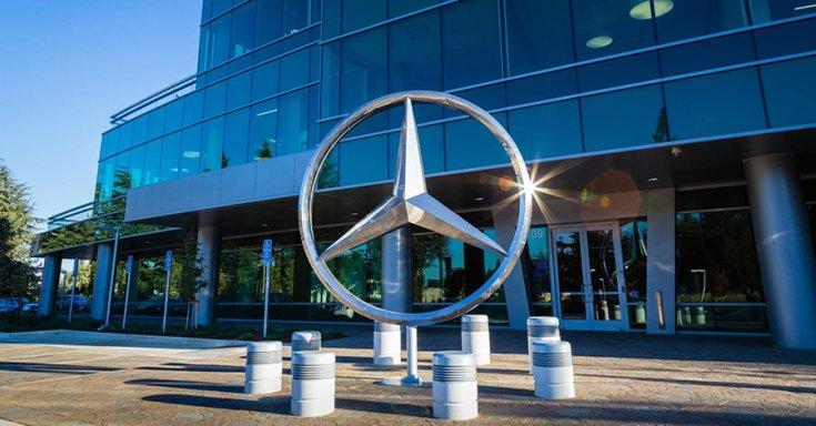 A Mercedes háromágú csillaga egy épület előtt
