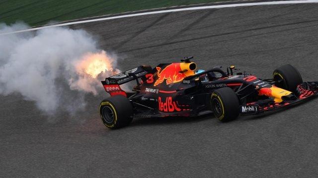 Daniel Ricciardo elfüstöl a Red Bull autójával