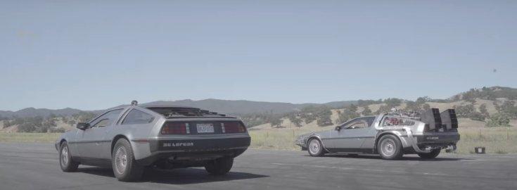 DMC DeLorean (balra) a DeLorean Time Machine társaságában