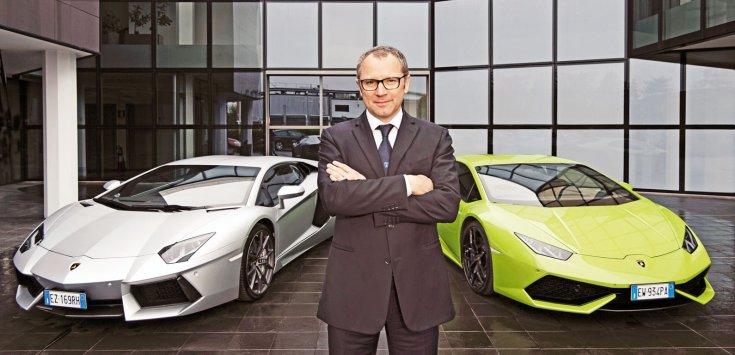 Stefano Domenicali egy Lamborghini Aventador és egy Huracan előtt