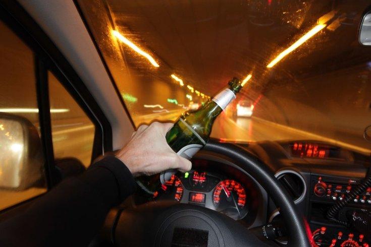Sörösüveggel a kezében vezet egy felelőtlen sofőr egy alagútban