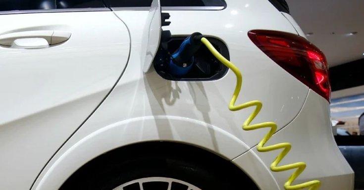 elektromos autó töltés közben
