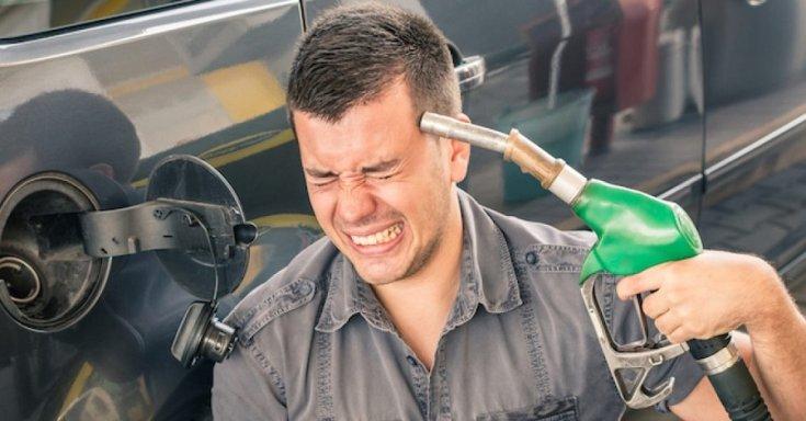 Tankoló pisztolyt nyom a fejéhez az elkeseredett autós