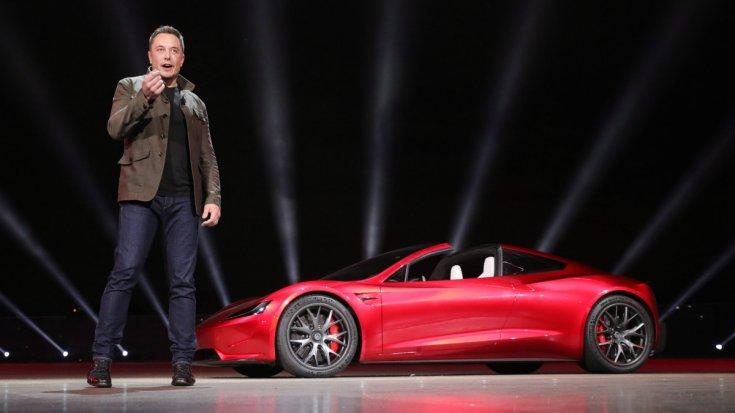 Elon Musk az új Tesla Roadster bemutatója közben