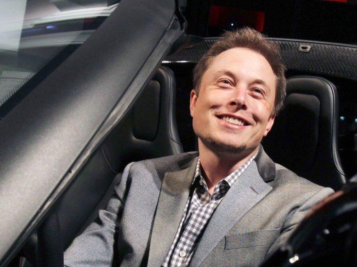 Elon Musk az autóban
