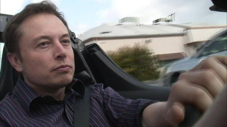 Elon Musk a volán mögött