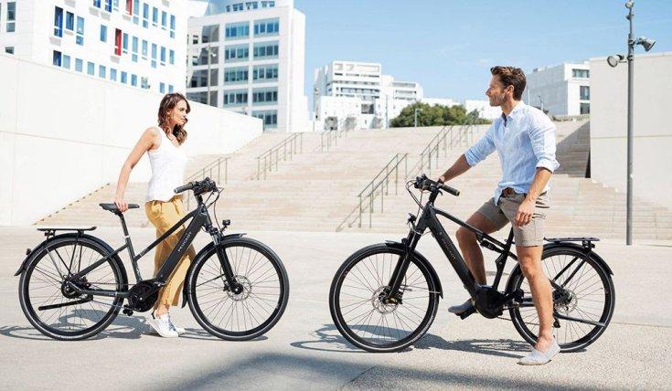 egy nő és egy férfi elektromos kerékpárokkal