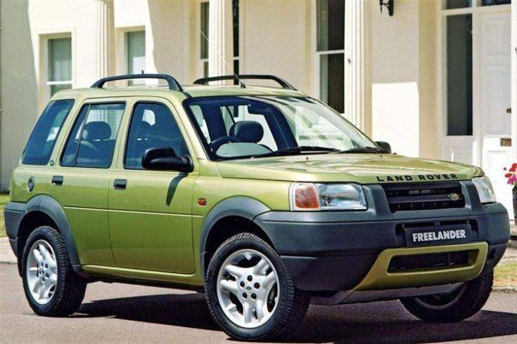 Sárga színű, 1997-es Land Rover Freelander szemből, oldalról, tetősínekkel