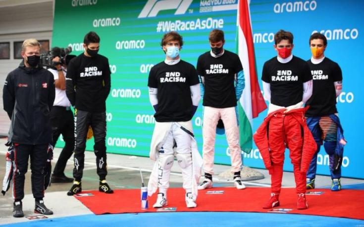 F1-es pilóták a rasszizmus elleni küzdelmet hirdető pólóban