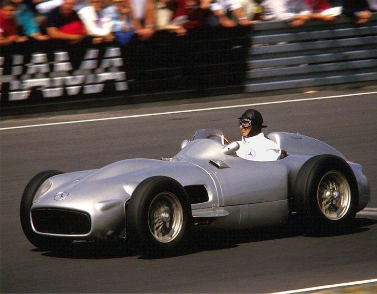 Fangio 1986-ban egy oldtimer volánja mögött