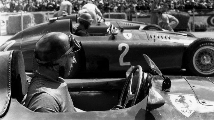 Fangio egy Ferrariban egy verseny előtt oldalról