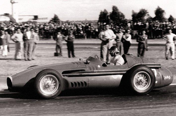 Fangio egy Maserati volánja mögött