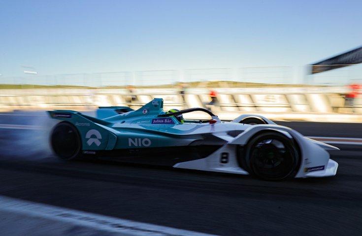 Formula-E második generációs autója menetközben oldalról