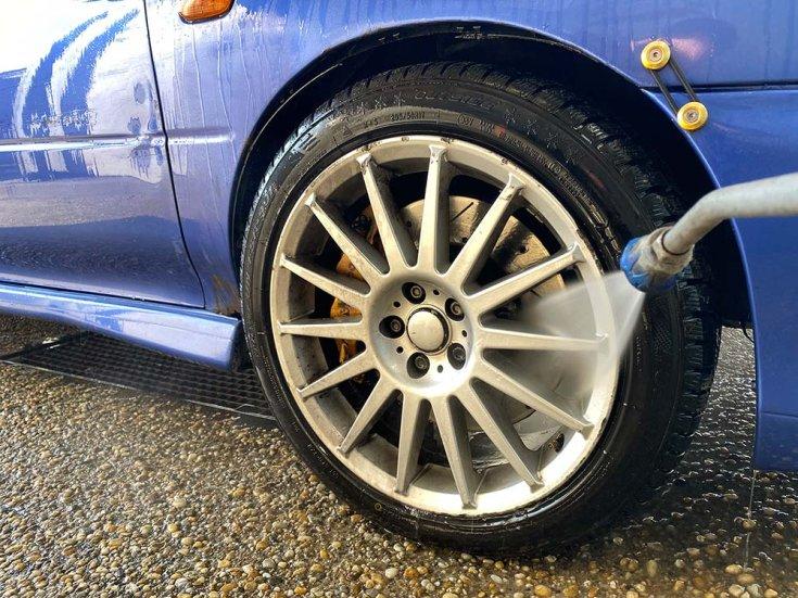 Autó kerekének mosása