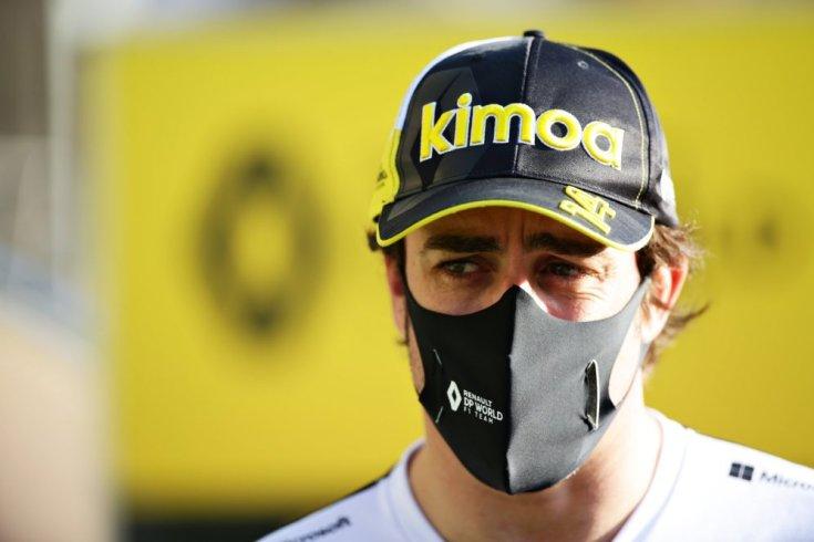 Fernando Alonso a Renault szerelésében