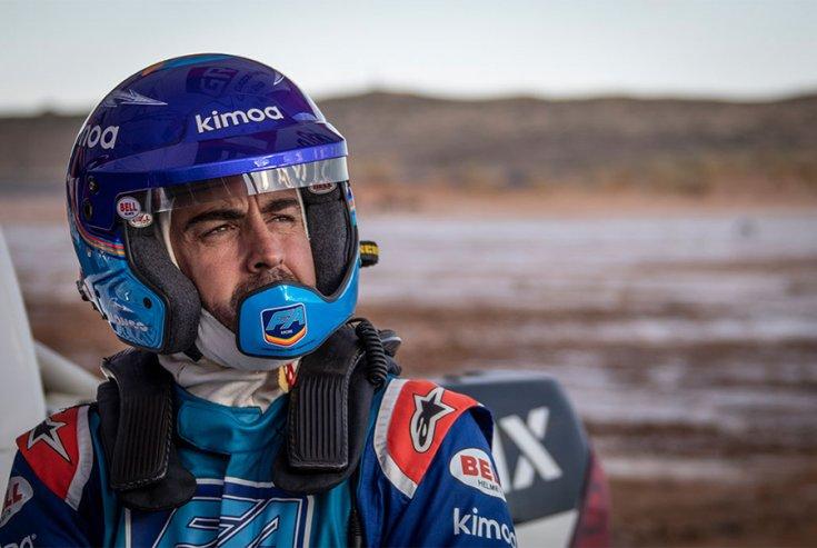 Fernando Alonso a teszten közelről, gondterhelt arccal