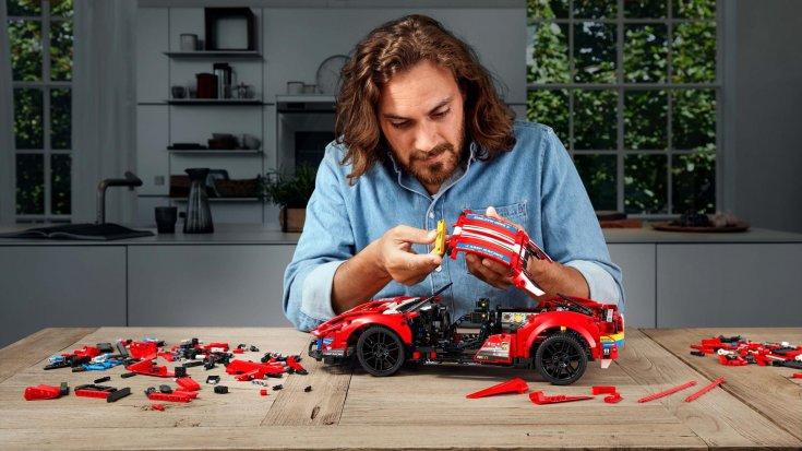 Lego Technic Ferrari 488 GTE összerakás közben