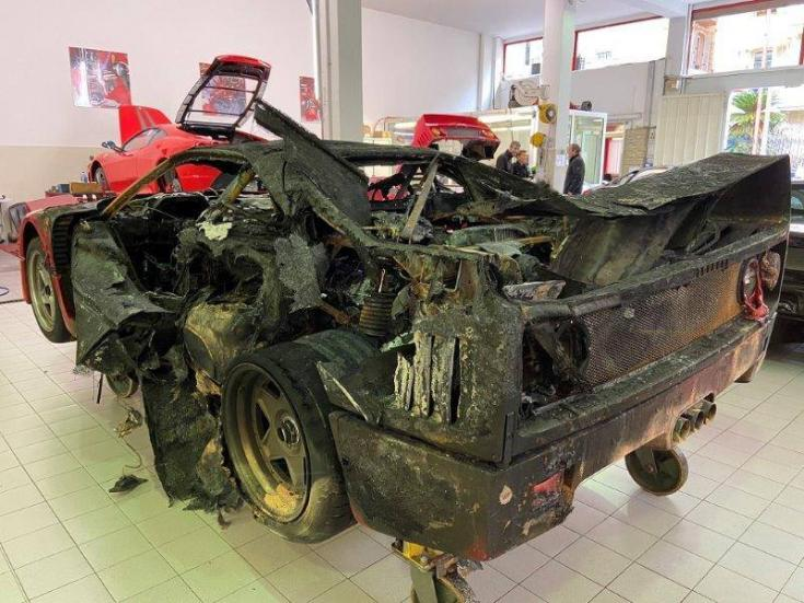 kiégett Ferrari hátulról