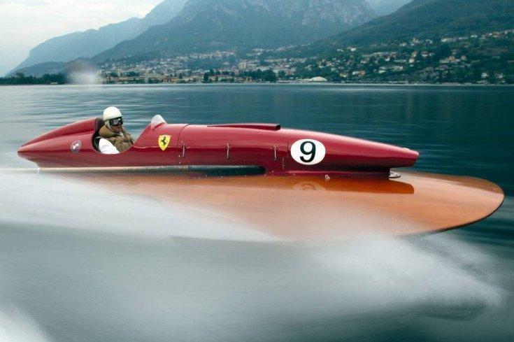 Ferrari logóval ellátott hajó