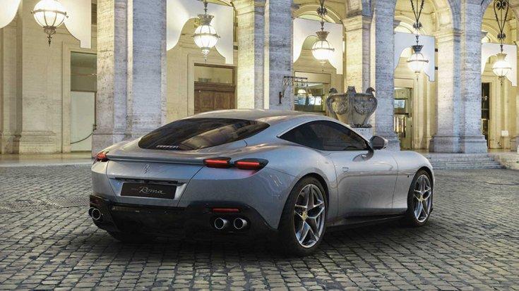 A Ferrari Roma hátulról