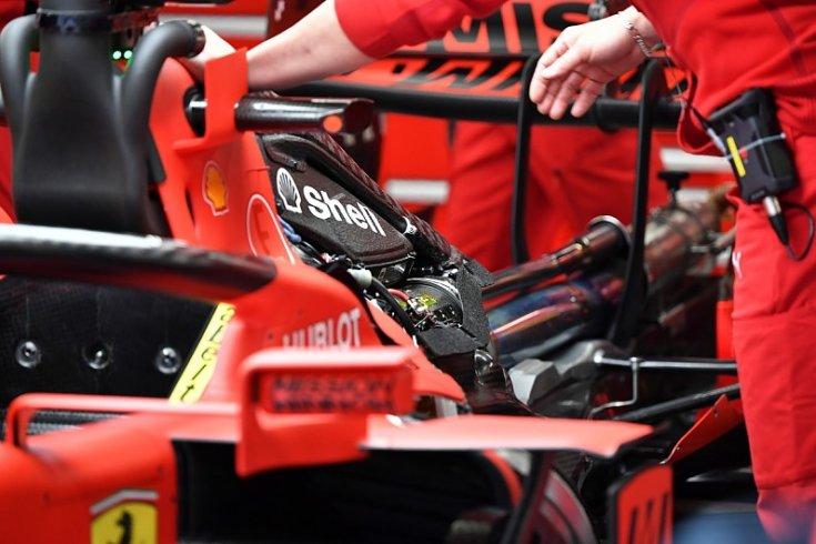 Ferrari SF1000 erőforrás külső borítás nélkül a garázsban