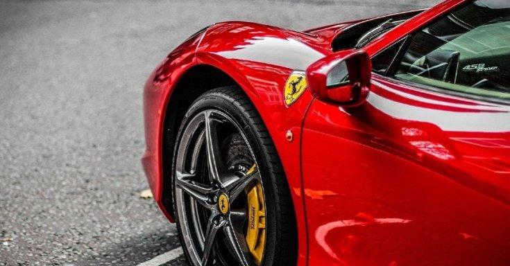 Ferrari sportautó oldalról