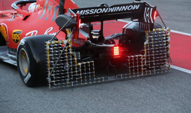 a Ferrari hátsó szárnyára aggatott légáramlást vizsgáló ketreccel