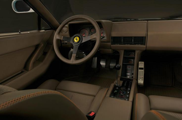 A Ferrari Testarossa restomod utastere