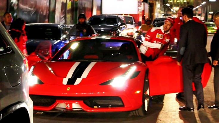 Sebastian Vettel egy városban egy Ferrarival